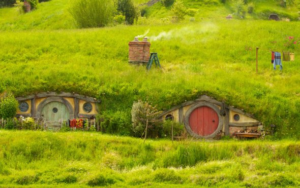 the-rolling-green-hills-of-the-kaimai-ranges-are-simply-stunning-as-are-the-film-sets-themselves